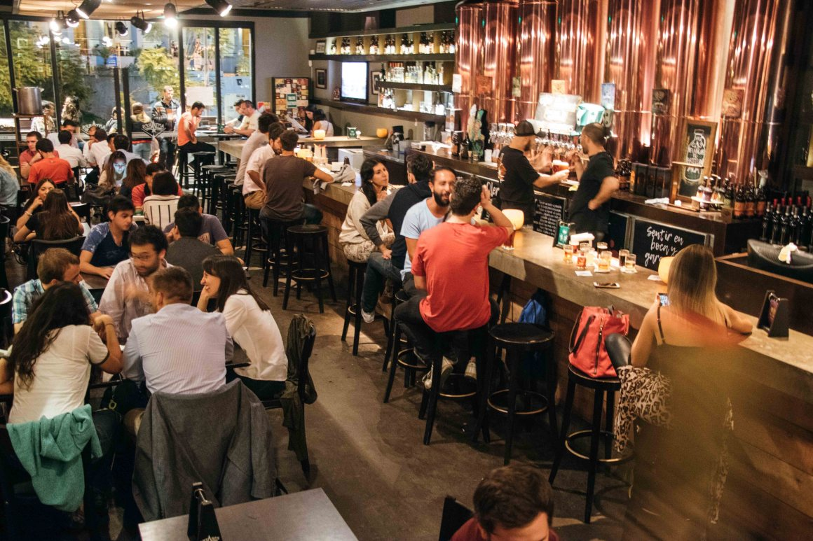 Las cervecerías artesanales se reconvierten para superar la crisis