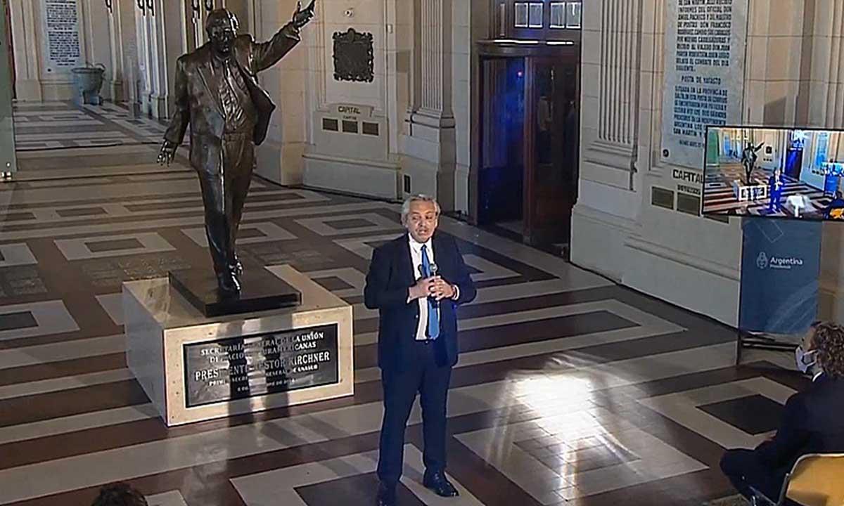 Alberto Fernández fue a pie al CCK