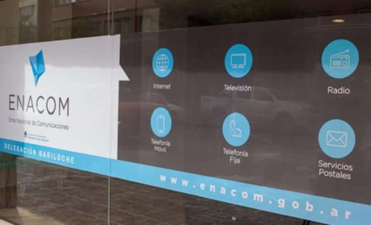 El Enacom intimó a Movistar a desbloquear el pase de clientes reclamado por Claro