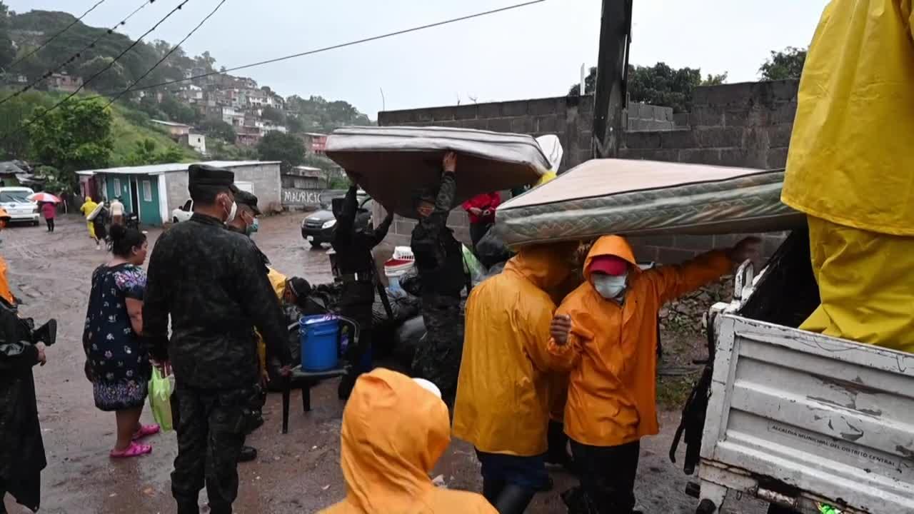 La tormenta tropical Iota llegó a El Salvador y suma una decena de muertos