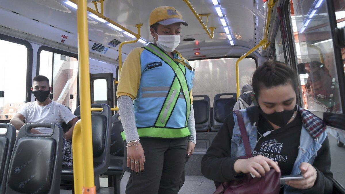 Docentes y estudiantes porteños podrán usar transporte público