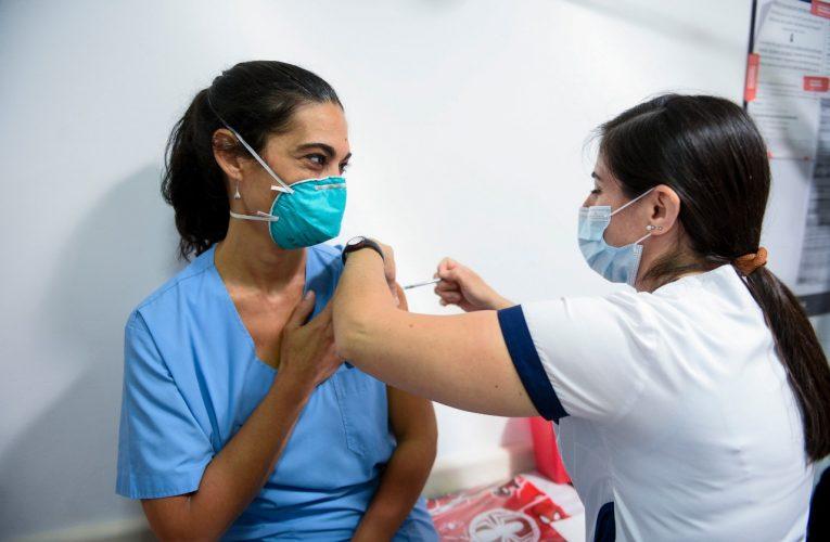 Los países ricos distribuyen vacunas y los pobres esperan, advierte la OMS