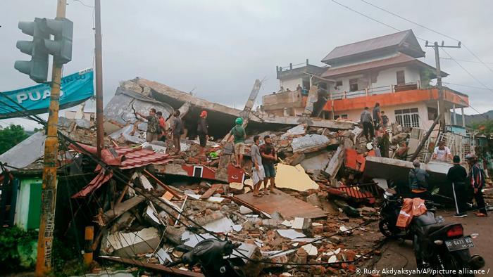 Tres muertos al menos por un sismo en Indonesia