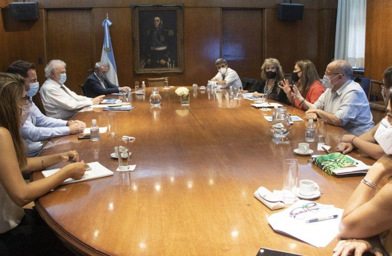 Ministro González García analizará con gremios del transporte vacunación en esa actividad