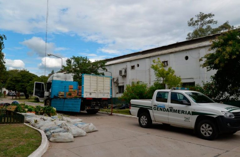 Secuestran 10 kilos de cocaína que transportaban ocultos entre cajones de frutas y verduras