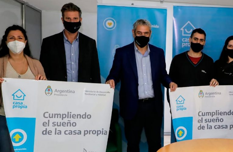 Ferraresi recorrió el predio en La Plata donde se construyen viviendas