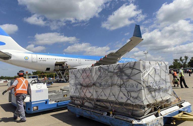 Llega hoy de Moscú el vuelo que trae el reactivo para fabricar la Sputnik y más dosis