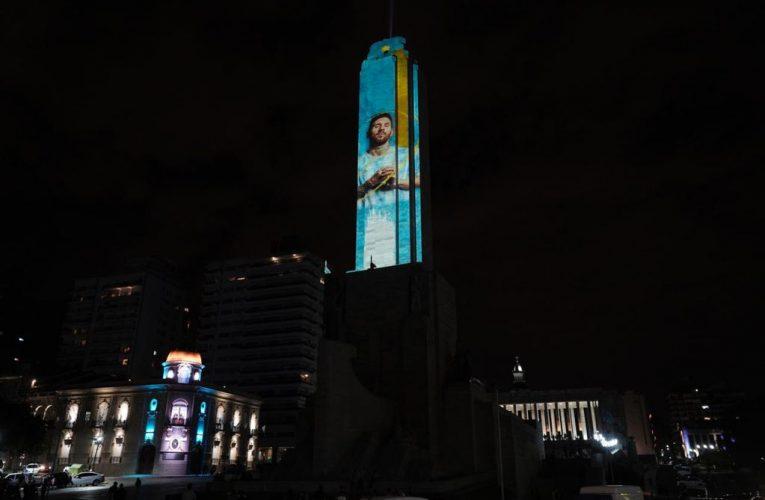 El Monumento a la Bandera se puso la Diez para para alentar a la Selección