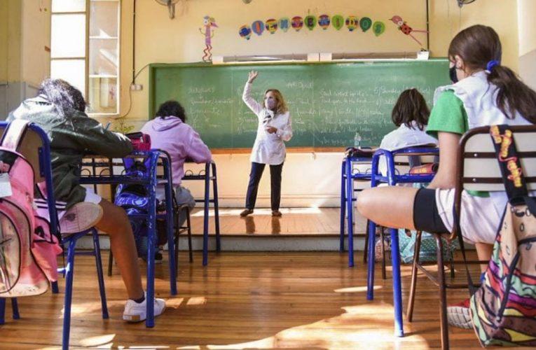 El nuevo protocolo escolar porteño elimina el distanciamiento en las aulas